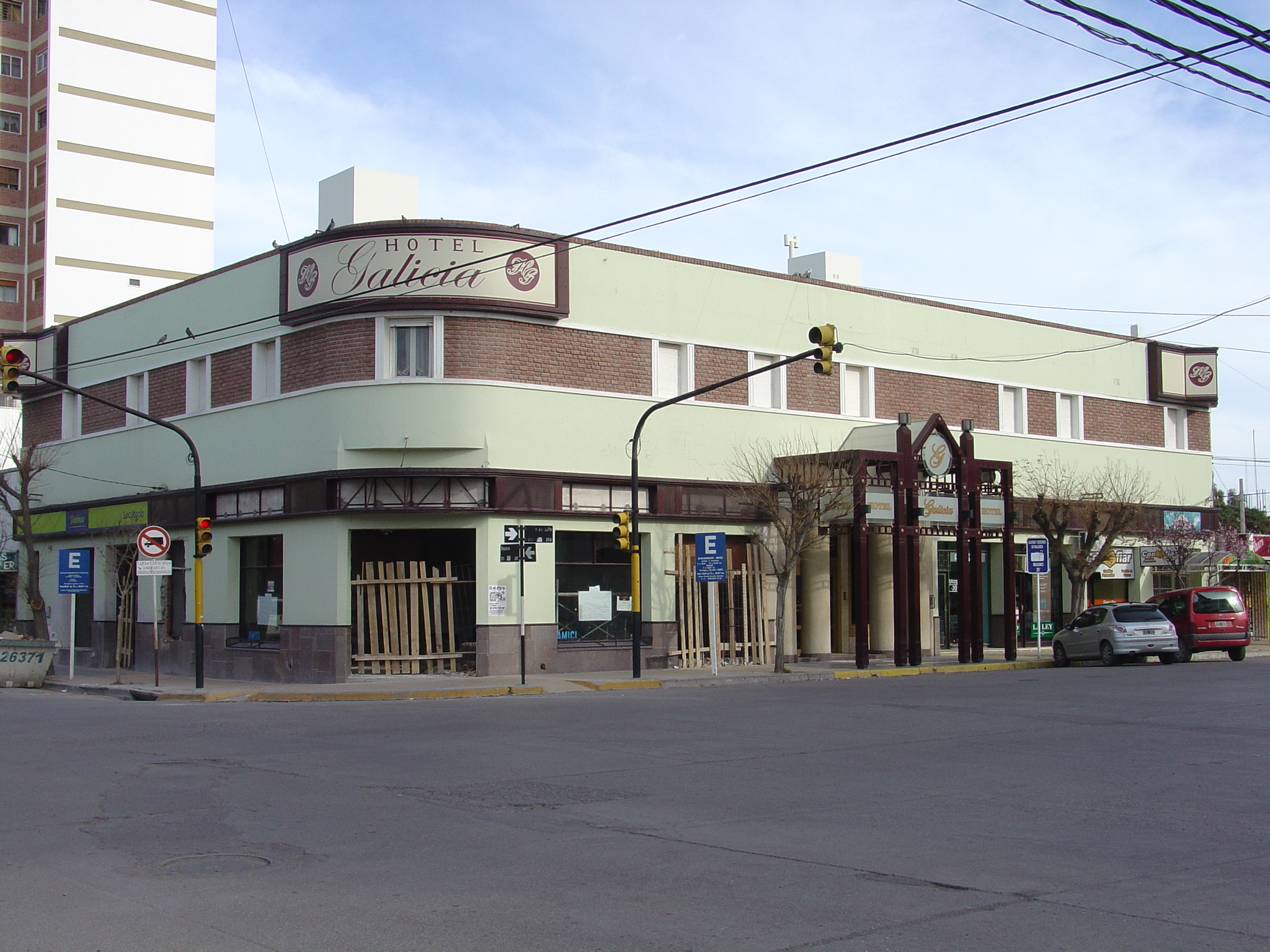 "Trelew_08-24-08_003.jpg - Hotel Galicia, actually quite a nice place despite the ""under construction"" appearance."